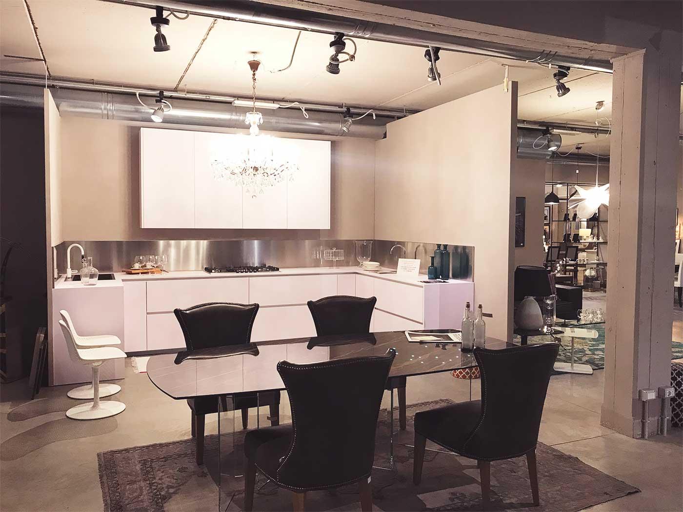 Tavolo-cucina-in-vetro-con-sedie