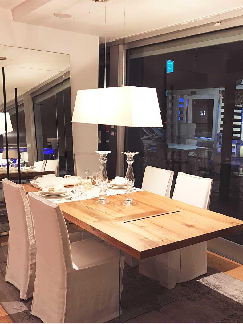 Tavolo-pranzo-in-legno-con-sedie